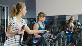 Em uma sessão de formação Duas mulheres atrativas são treinadas no gym video estoque