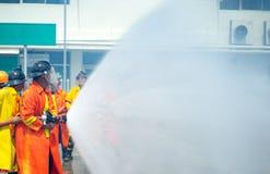 Em uma situação de emergência do treinamento do sapador-bombeiro , usin do bombeiro Fotografia de Stock Royalty Free