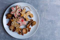 Em uma superfície uma placa com as cookies do Natal de formas diferentes com crosta de gelo do açúcar fotos de stock royalty free
