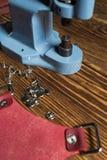 Em uma tabela de madeira marrom são a imprensa azul e uma parte de pele cor-de-rosa fotografia de stock royalty free