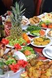 Em uma tabela há muito alimento. Imagens de Stock