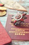 Em uma tabela o livro da medalha, uma guerra patriótica, medalhas e th da concessão Fotos de Stock Royalty Free