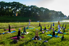 Em Uzhgorod passou um exercício ao ar livre - ioga para tudo Imagem de Stock
