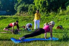 Em Uzhgorod passou um exercício ao ar livre - ioga para tudo Foto de Stock Royalty Free