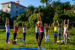 Em Uzhgorod passou um exercício ao ar livre - ioga para tudo Imagens de Stock Royalty Free