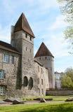 Em volta de e torres quadradas na parede da cidade de Tallinn Foto de Stock Royalty Free