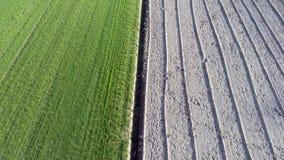 Em voo entre um campo cultivado e arado filme
