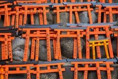 Ema与独特的Torii的祷告桌给委员会装门在Fushimi Inari Taisha寺庙 免版税库存照片