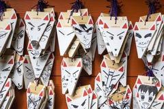 Ema, chapas de madeira pequenas, com desenhos de Manga em um templo xintoísmo em Japão Imagem de Stock