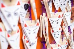 Ema modlitwy stoły z unikalnymi kształtować deskami przy Fushimi Inari Taisha świątynią Fotografia Royalty Free