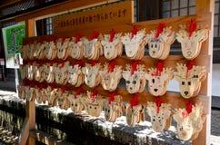 Ema Wood-Tag oder hölzerner Aufkleber für beten für gutes Glück und glücklich an Stockfoto