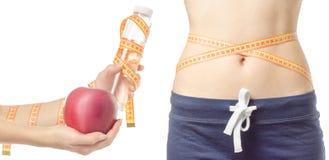 Emagrecimento da perda de peso da jovem mulher com uma garrafa do centímetro da maçã do grupo disponivel do teste padrão da água imagens de stock royalty free