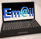 Email à l'ordinateur portable montrant la boîte de réception Images stock