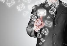 Email aperto dell'uomo di affari Immagine Stock