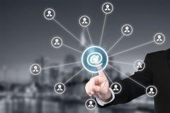 Email begrepp för marknadsföringen, för informationsbladet och för post i stora partier Affärsman Arkivfoton