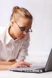 Email d'écriture de fille Images stock