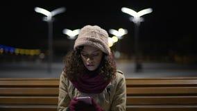 Email da leitura da senhora em seus smartphone e virada tornando-se e desapontado bonitos vídeos de arquivo