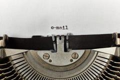 Email dactylographié des mots sur une machine à écrire de vintage Photographie stock libre de droits