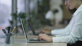 Email de datilografia fêmea bem sucedido no portátil, mulher de sorriso que aprecia o trabalho no escritório filme