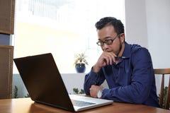 Email de lecture d'homme d'affaires images stock