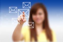 Email del presionado a mano de la mujer foto de archivo libre de regalías