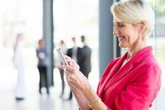 Email della lettura della donna di affari invecchiato mezzo Fotografia Stock Libera da Diritti