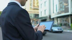 Email di battitura a macchina di agente immobiliare sulla compressa, compratore aspettante della casa, tecnologie convenienti stock footage