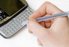 Email di scrittura su un telefono mobile Fotografia Stock Libera da Diritti