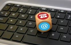 Email dos ícones de uma comunicação e dados do telefone no teclado Foto de Stock