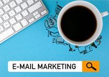 Email lançant le concept sur le marché Tasse de café et clavier d'ordinateur sur un fond bleu images libres de droits