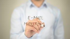 Email lançant sur le marché, écriture d'homme sur l'écran transparent Images libres de droits
