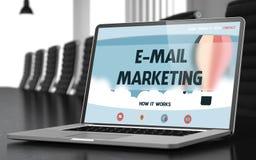 Email lançant sur le marché sur l'ordinateur portable dans la salle de conférences 3d Images stock