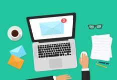 Email marknadsföringsvektorillustrationen, revisorpersonen som arbetar på workdesk med bärbara datorn, kuvertet, emailen som anal Arkivfoto