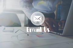 Email my wiadomość na działaniu w biurze na stołowym tle Fotografia Stock