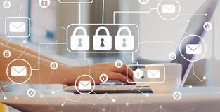 Email ochrony temat z kobietą używa laptop obrazy royalty free