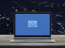 Email p?aska ikona, Biznesowy kontakt my online poj?cie zdjęcie stock