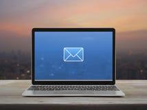 Email p?aska ikona, Biznesowy kontakt my online poj?cie obrazy royalty free