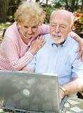 Email sênior da leitura dos pares Fotografia de Stock Royalty Free