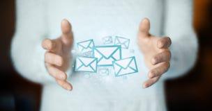 Email sur des mains, des cartes postales ou le concept de connexion Images stock