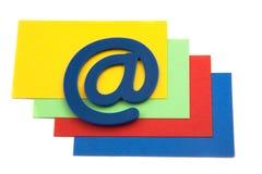 EMail-Symbol auf einem Stapel der Karten Stockfotos