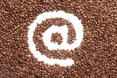 EMail-Symbol gebildet von den Kaffeebohnen Lizenzfreie Stockfotos