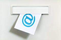 Email a través de la caja de letra imágenes de archivo libres de regalías