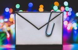 Email z doczepianie klamerką i kolorowym czarodziejskich świateł bokeh zdjęcia royalty free