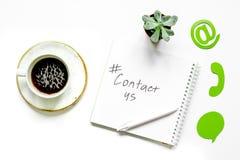 Emaila kontakt z internet ikonami i kawowego pracy biurka tła odgórnym widokiem my pojęcie obrazy royalty free