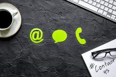 Emaila kontakt z internet ikonami i kawowym pracy biurka tła odgórnego widoku mockup my pojęcie obrazy royalty free
