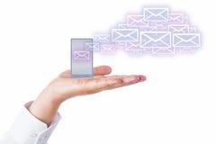 Emaile Opuszcza telefon komórkowego W palmie Dla chmury zdjęcie royalty free