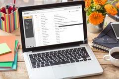 Emaile spisują na laptopu ekranie na biurowym biurku fotografia stock