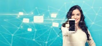 Emaile z młodą kobietą trzyma out smartphone obrazy stock