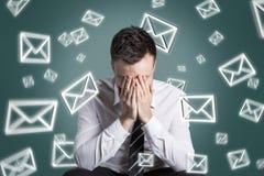 Emaili symbole wiruje wokoło forsującego mężczyzny zdjęcie stock