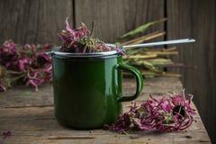 Emaillierte Schale gesunder Echinaceatee mit Tee infuser, trockene coneflower Kräuter stockfotografie
